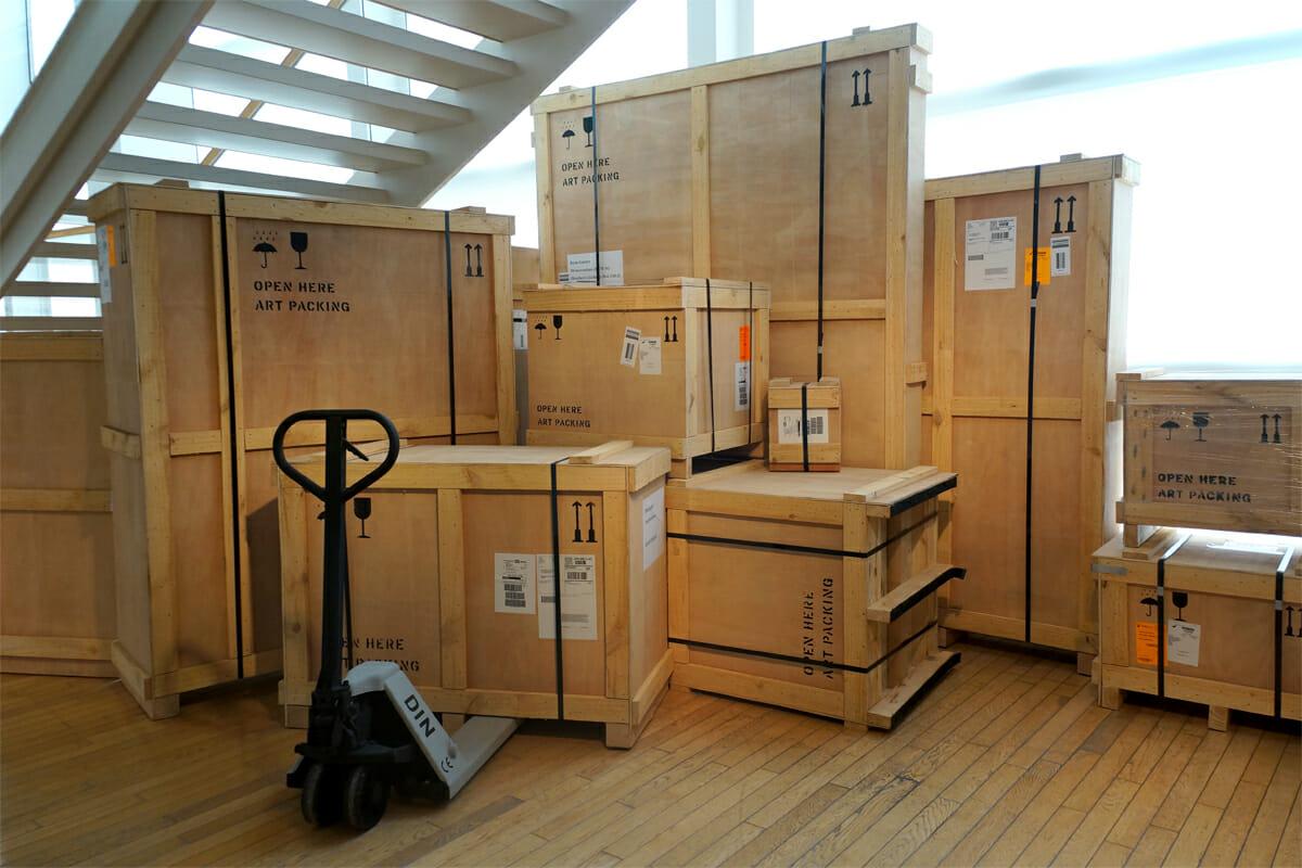 展示物を入れて運ばれてきた箱たちもオブジェのよう