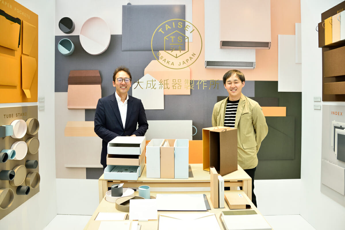 (写真左から)大成紙器製作所の代表取締役・細水雄一郎さん、デザイナーの原田祐馬さん