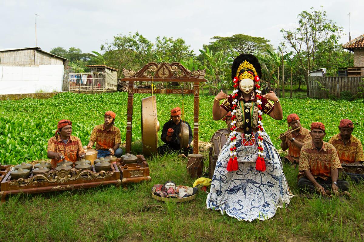 チルボン仮面舞踊/ジャワ島西部の海岸沿いの街、インドラマユ。西ジャワ州の芸能といえば州都チルボンの仮面舞踊がよく知られています