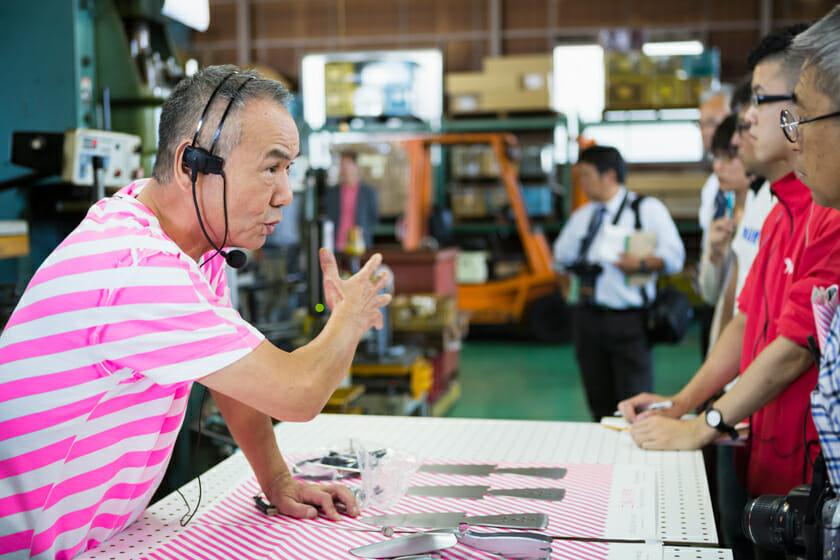 見学では、工場の職人さんが商品ができあがるまでの工程などを教えてくれます