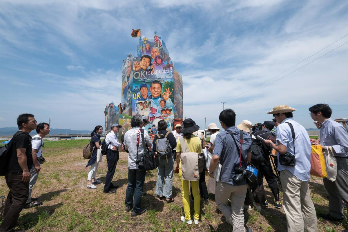 ナウィン・ラワンチャイクン《OK Tower》OK Tower, 2016 Installation view at Nishiura village, Megijima,Japan Photo by Navin Production/本イベントでは、六本木を舞台にした映画や絵画、ダンスなどを制作。六本木の人たちが登場しながら、この街のさまざまな表情と魅力が映し出される