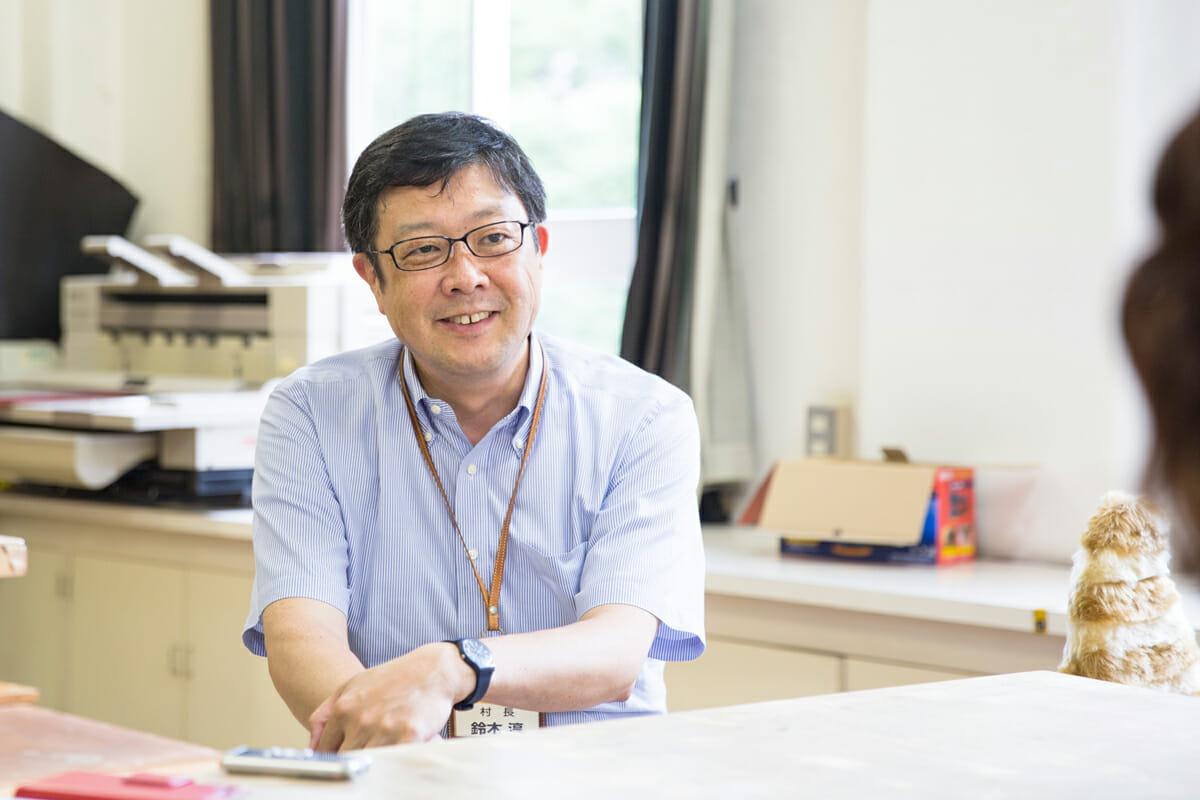 鈴木淳:千葉大学工学部卒業。カネボウファッション研究所勤務を経て独立。ものづくり企業のマーケティングが専門。1998年にNPO法人ユニバーサルファッション協会を設立。障害、高齢、体型などに関わりなくファッションを楽しめる社会づくりの啓蒙活動を行う。2004年に「台東デザイナーズビレッジ」の村長に。クリエイターや小さな企業の事業コンセプトやマーケティングの指導を行っている。