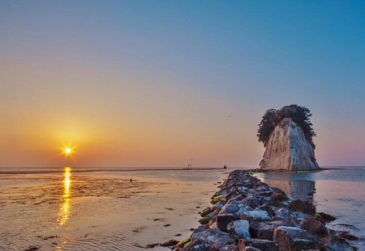 能登のシンボルとして有名な奇岩「見附島」
