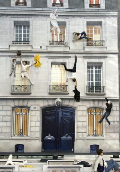 レアンドロ・エルリッヒ  《建物》 2004年 リノリウムにデジタルプリント、照明、鉄、木材、鏡 800 x 600 x 1,200 cm 展示風景:104-パリ、2011年 ※参考図版