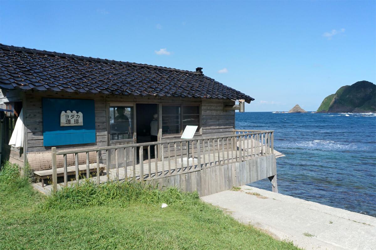海上のさいはて茶屋(よしだぎょうこ+KINOURA MEETING)。中では海を借景にしたお茶席が楽しめます