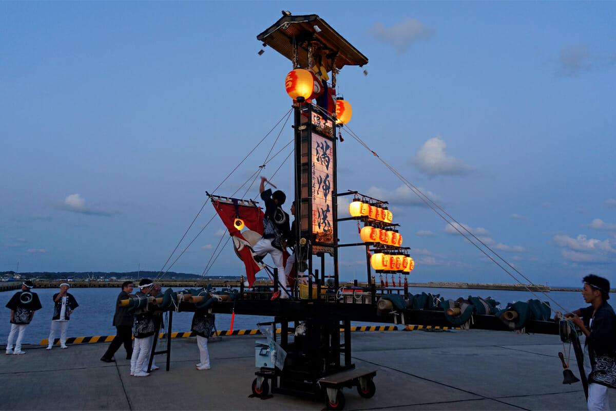 太鼓や笛を鳴らしながら集落を練り歩く切子燈籠。いちばん大きいものでは、16メートルほどのものがあるという