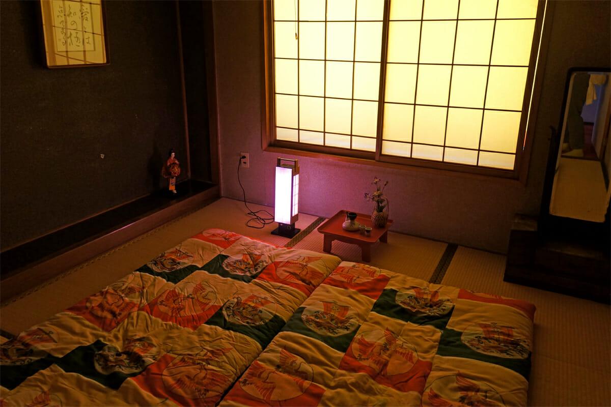 混浴宇宙宝湯(石川直樹)。遊郭としても使われていたという背景を感じさせる部屋