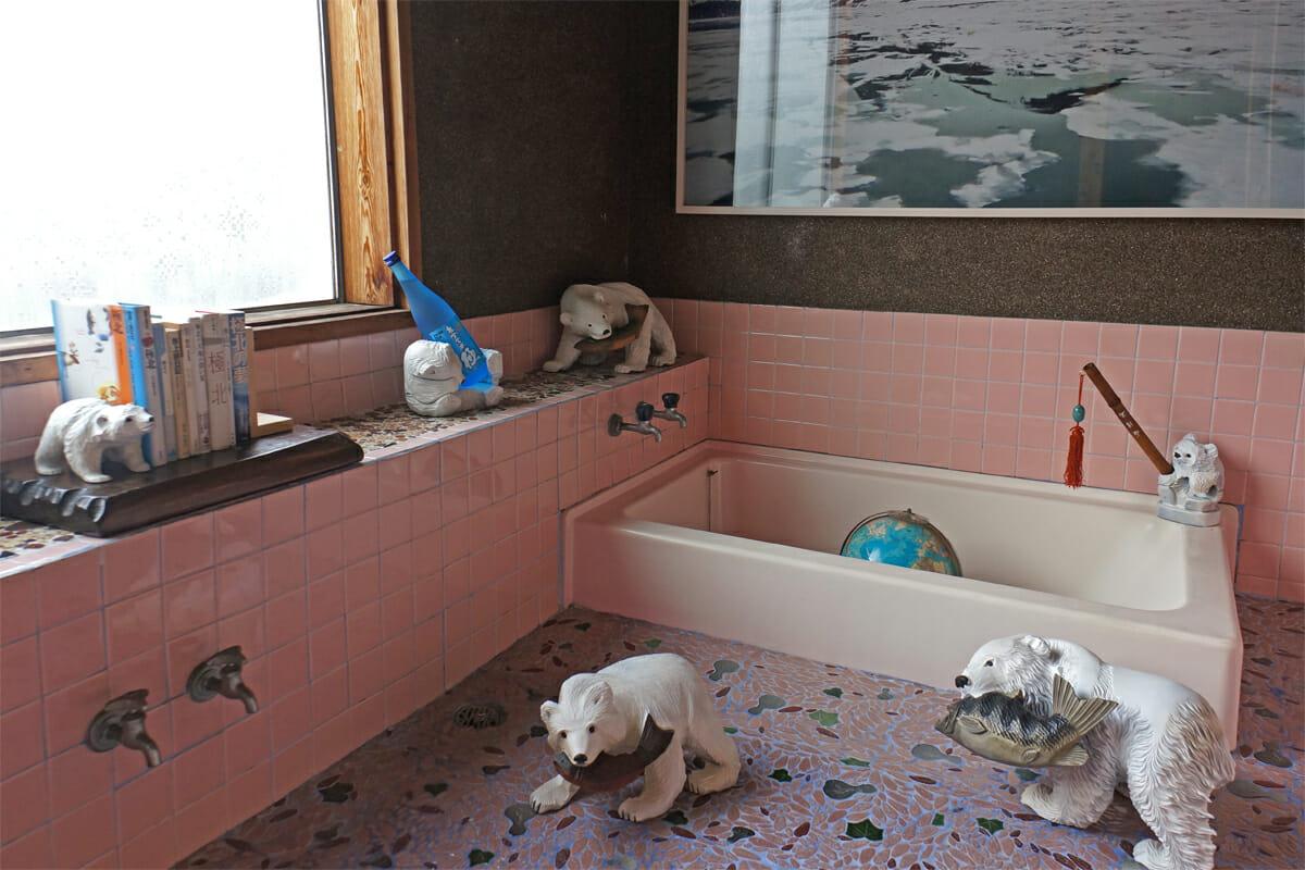 混浴宇宙宝湯(石川直樹)。浴室にあるシロクマの置物は、木彫りの熊を白くペイントしたもの