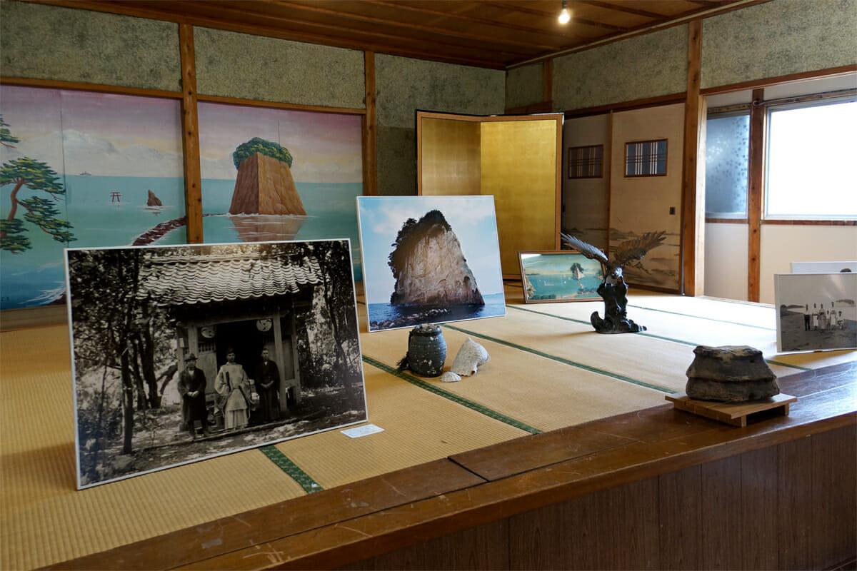 混浴宇宙宝湯(石川直樹)。かつてステージとしても使われていたかもしれない大広間。見附島のふすまがとても印象敵です