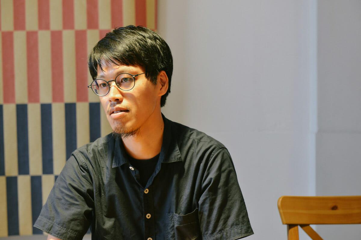 福嶋賢二 クリエイティブディレクター/デザイナー。1982年滋賀県近江八幡市生まれ。大阪芸術大学デザイン学科卒業後、スウェーデンHDK大学にてデザインを学び、株式会社IDKデザイン研究所に勤務。喜多俊之氏に師事。2011年に独立し「KENJI FUKUSHIMA DESIGN」を設立。 2014年クリエイティブスタジオ「AZUCHI」をスタート。2015から大阪市のビジネスプロデューサーに就任