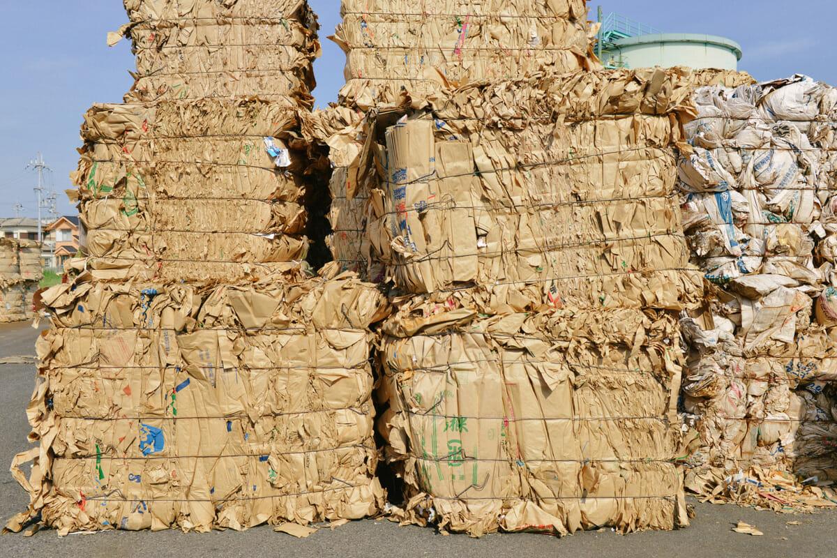 毎日約30トンもの古紙が山陽製紙に運び込まれる