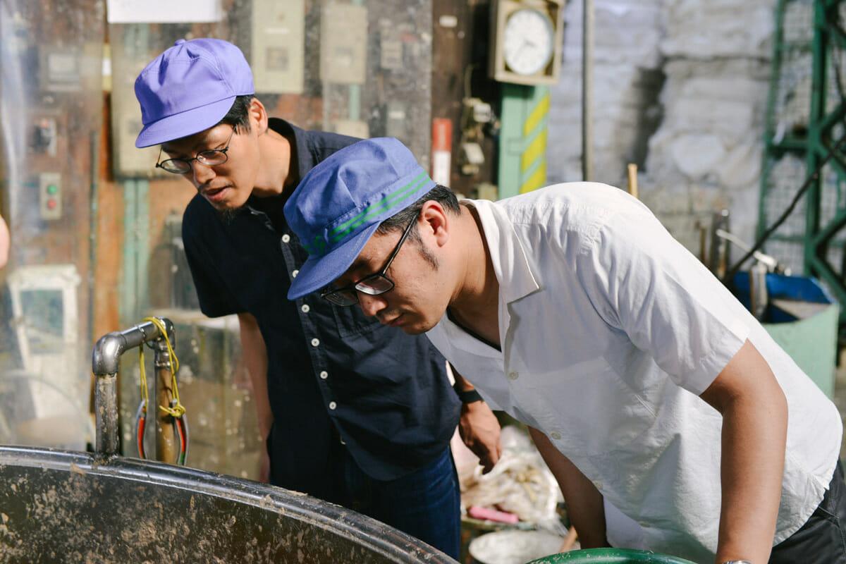 選別された古紙は機械を用いて水と攪拌し、原料の状態に戻される。古紙に含まれるゴミや異物を取り除くため、数回に分けてふるいにかけられる