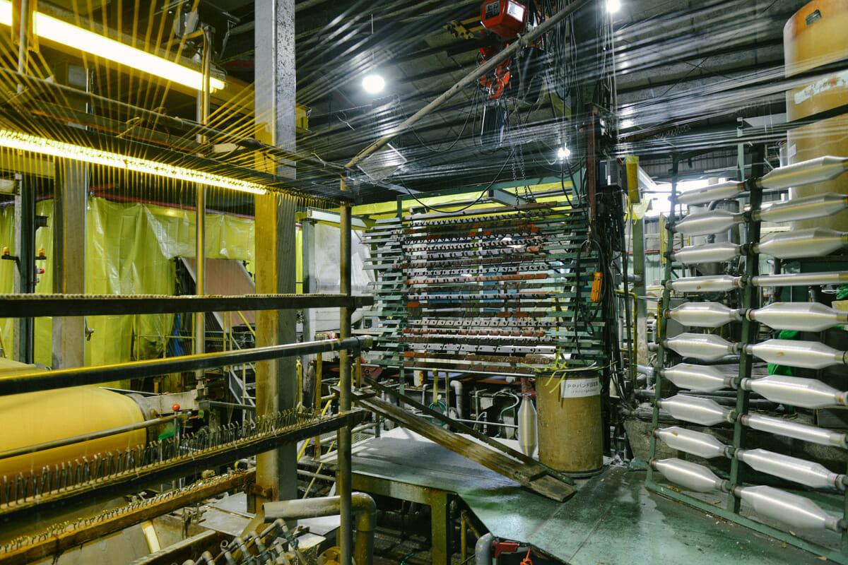 式)」で原料をすき、機械の中で紙が流れていく速さと、乾燥させるために巻きつける金属ロールとのスピードを変えることで、工業用クレープ紙の特徴であるシワをつけていく