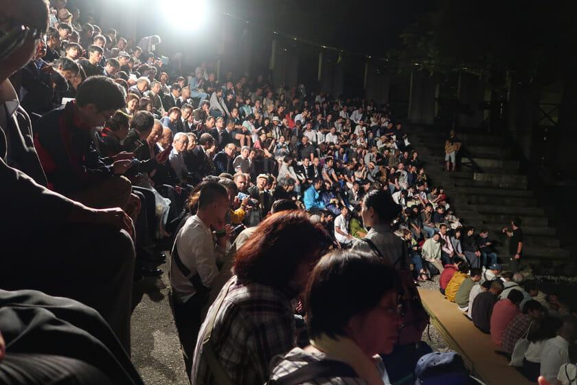 国内外から多くの人が観劇に訪れてい