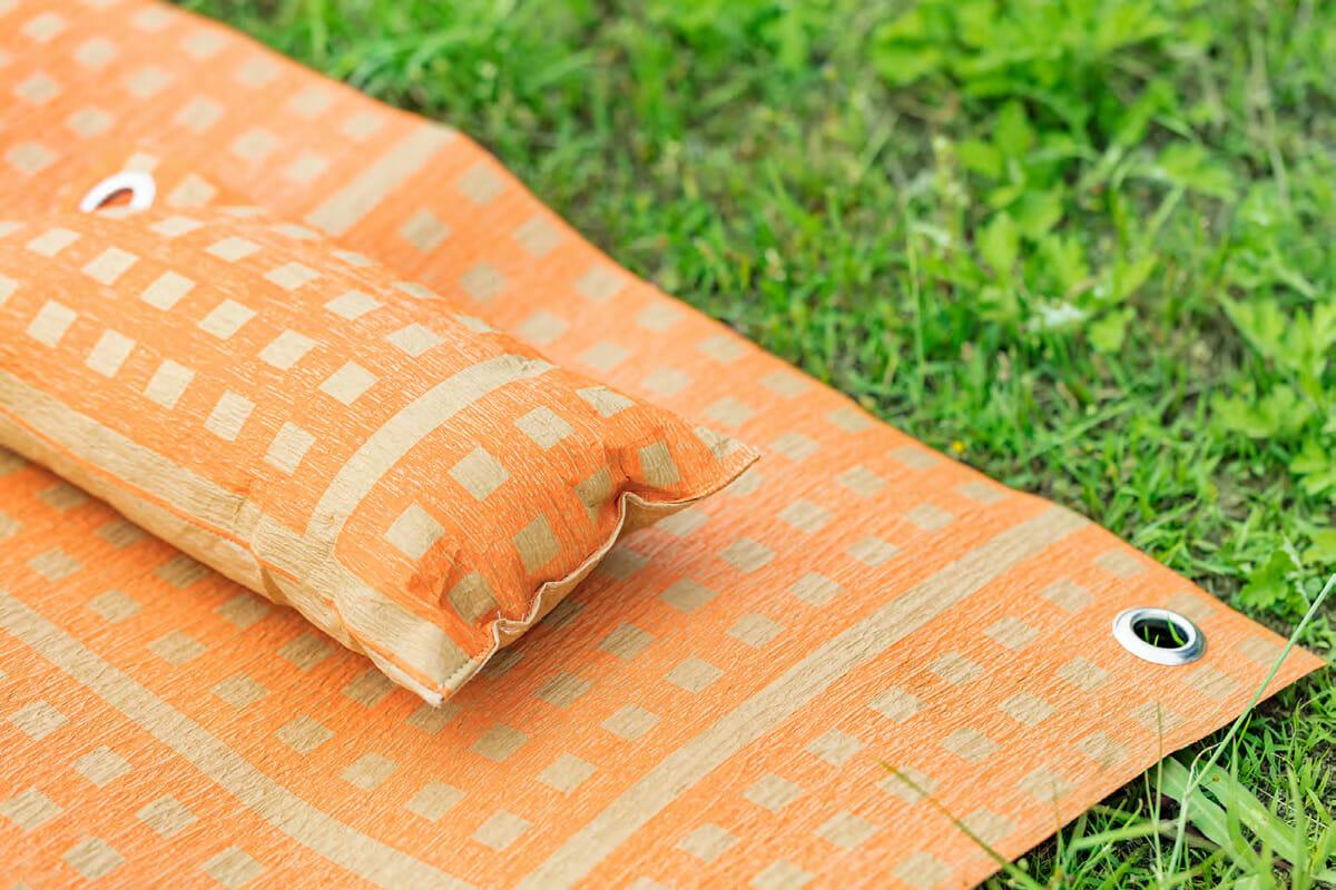 繊維が太く、強いコシと弾力性を持ったアスペロ綿を使用した「PICNIC PILLOW」。ハトメは携帯時や乾燥時のフックとして使える