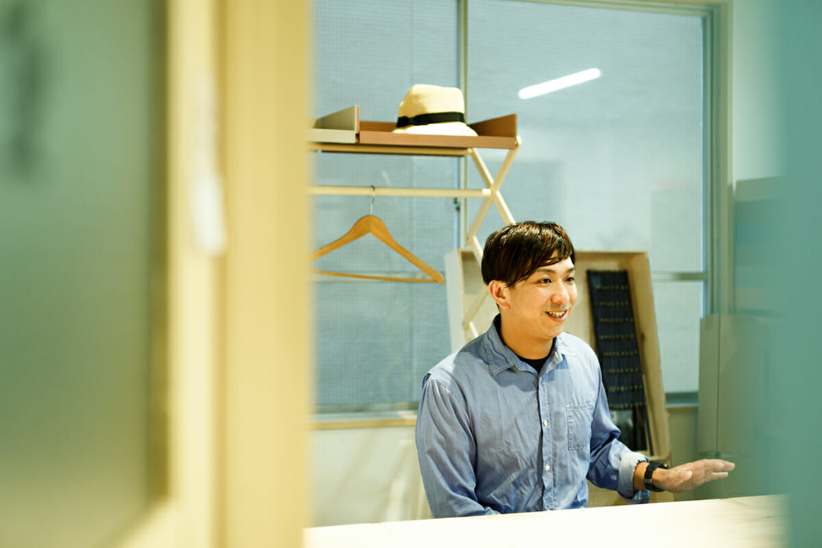 1983年長崎県生まれ。桑沢デザイン研究所卒業後、設計事務所を経て、「DAYS.」として独立。空間をベースに机と作業場を行き来しながら、家具やインテリアのデザイン、および自身の制作を行っている。