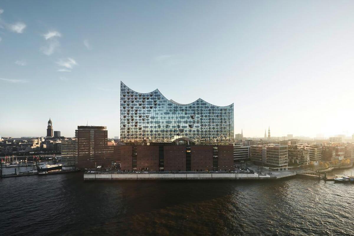 ハンブルグの港に臨む複合施設「エルプフィルハーモニー」©DURAVIT