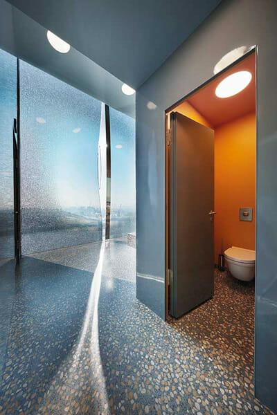 「エルプフィルハーモニー」衛生施設には、「Scola」の洗面台と「Starck 3」のトイレが設置されている ©DURAVIT