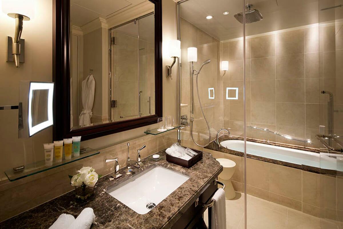 バスルームはクラシックでありながら「快適性」を追求した落ち着きのあるデザイン。フィリップ・スタルクがデザインした「Starck 3」 のアンダーカウンター洗面ボウルが採用されている