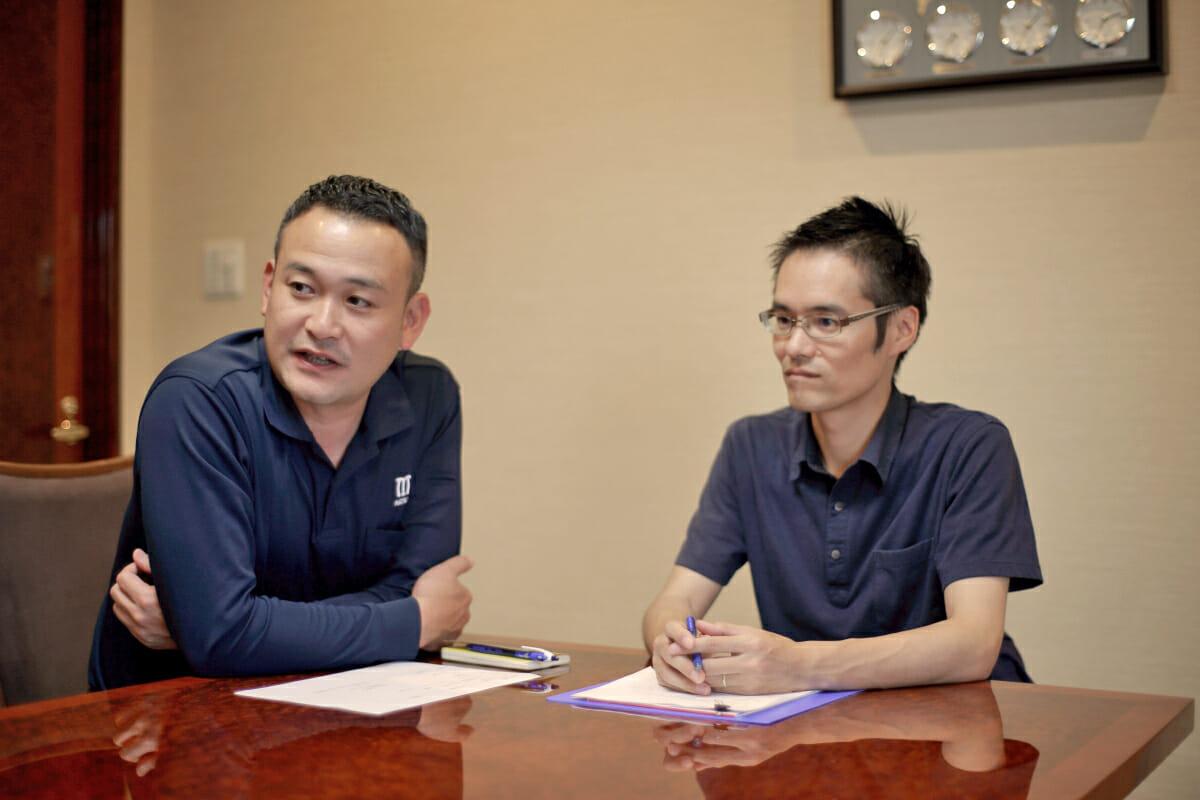 (左)松創 専務取締役・松岡正典さん、(右)高橋工芸 企画/設計・井上拓也さん