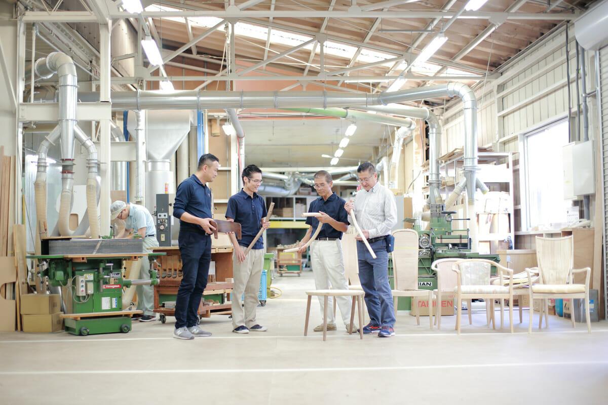 MEETEEの製品の脚や背もたれなど、いろいろなパーツを手にする4人