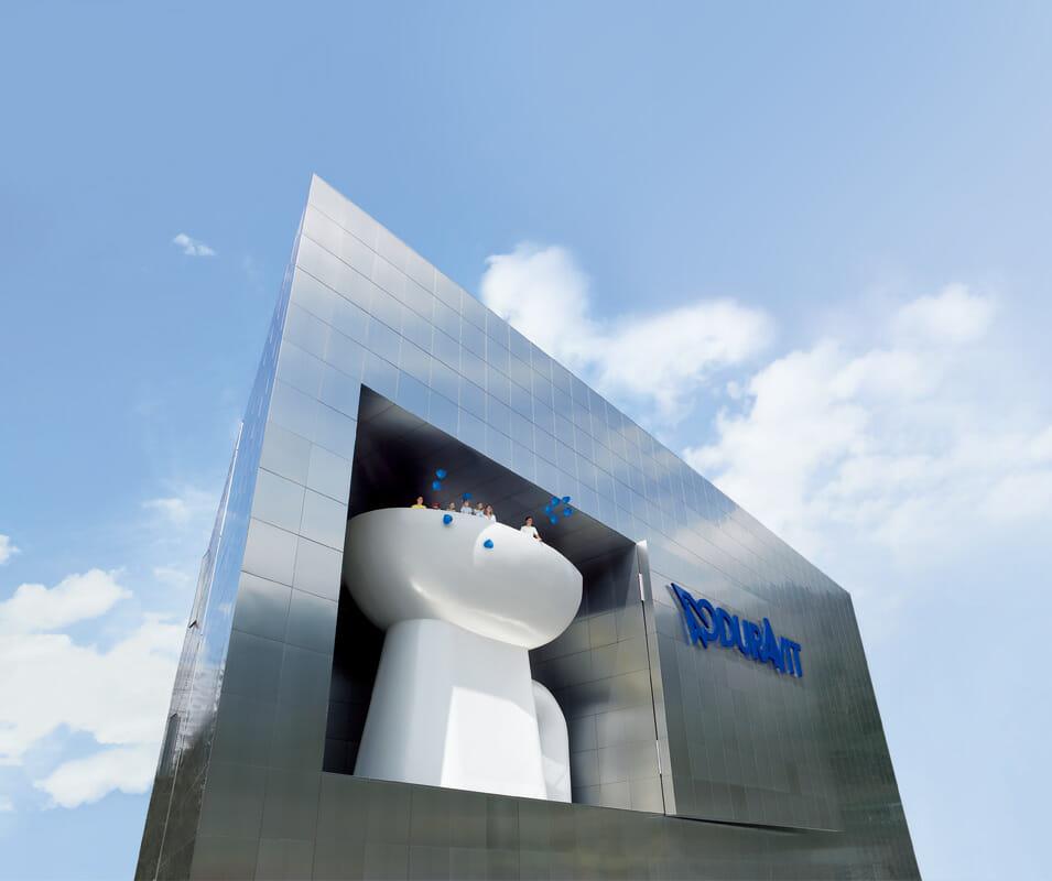 2004年、ホルンベルク本社にオープンした「デュラビット・デザインセンター」はフィリップ・スタルクがデザイン。最上階からはブラック・フォレスの美しい景色を楽しめ、外観自体がショールームとしての役割を果たしている。アイコニックな巨大なトイレが印象的 ©DURAVIT