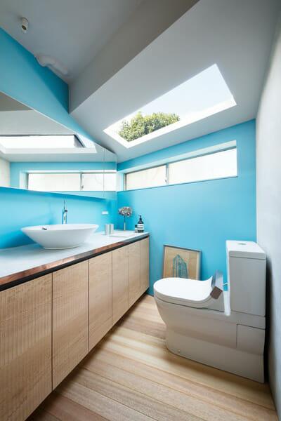 バスルームエリアにはDURAVITの洗面ボウルとトイレが導入されている ©Takumi Ota
