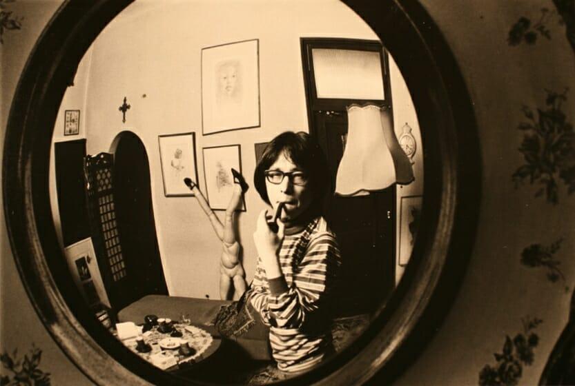 自宅応接室の凸面鏡に映る澁澤 1976年