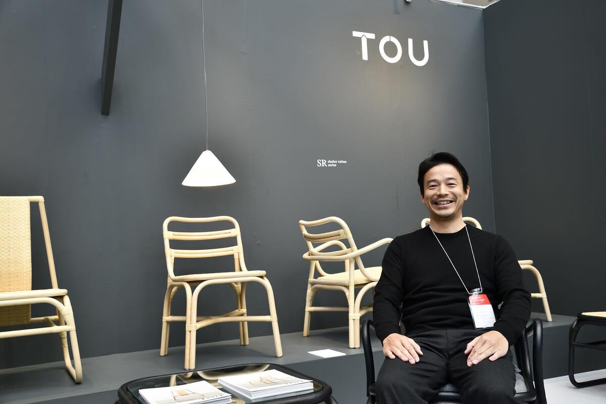 かねみつ漆器店 東京営業所 所長の深澤兼司さん。モノトーンでまとめられたブースが会場で目を引いていた