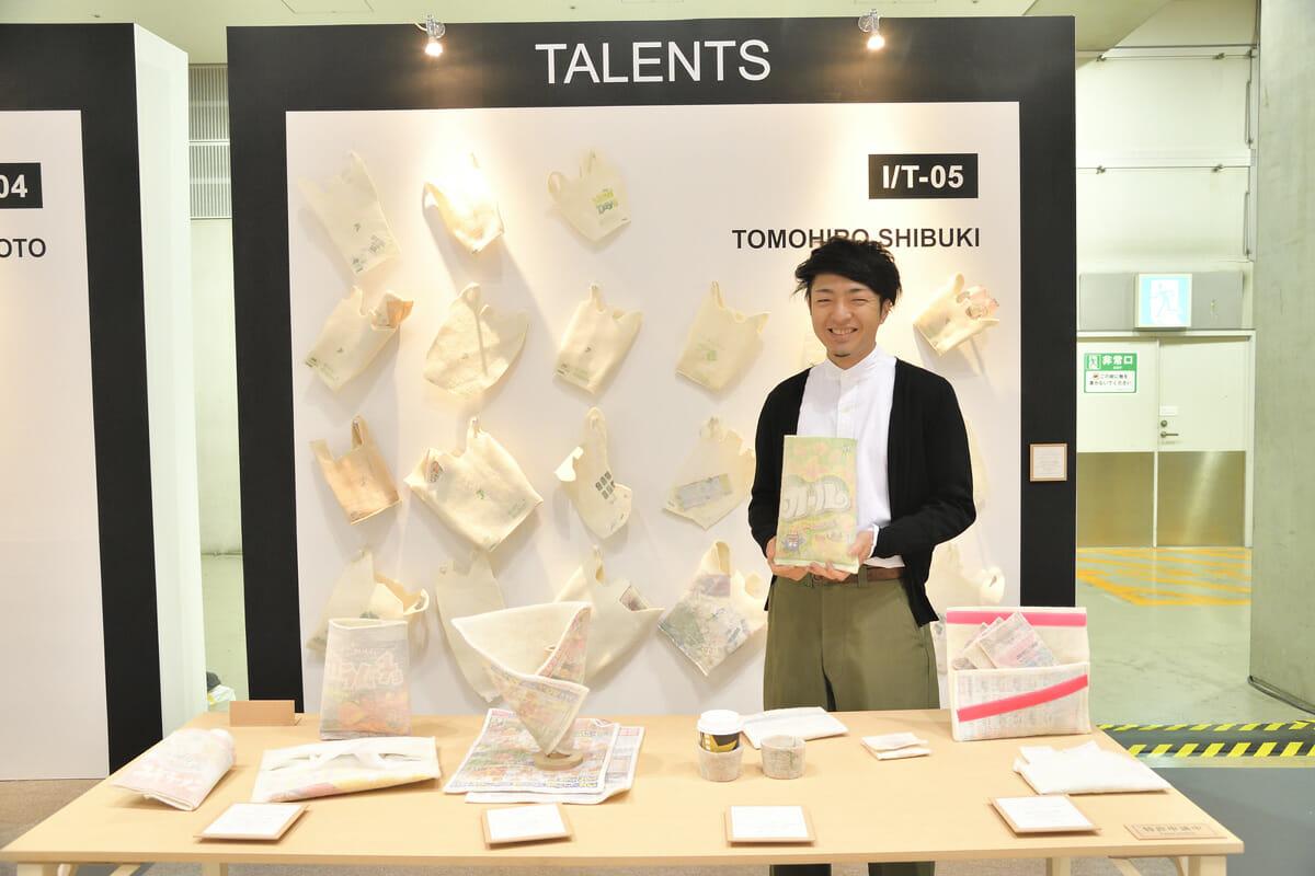 澁木智宏さん。見慣れたスナック菓子のパッケージや、壁にかかったさまざまなコンビニの袋も、柔らかさをまとった新しい表情に見えてくる