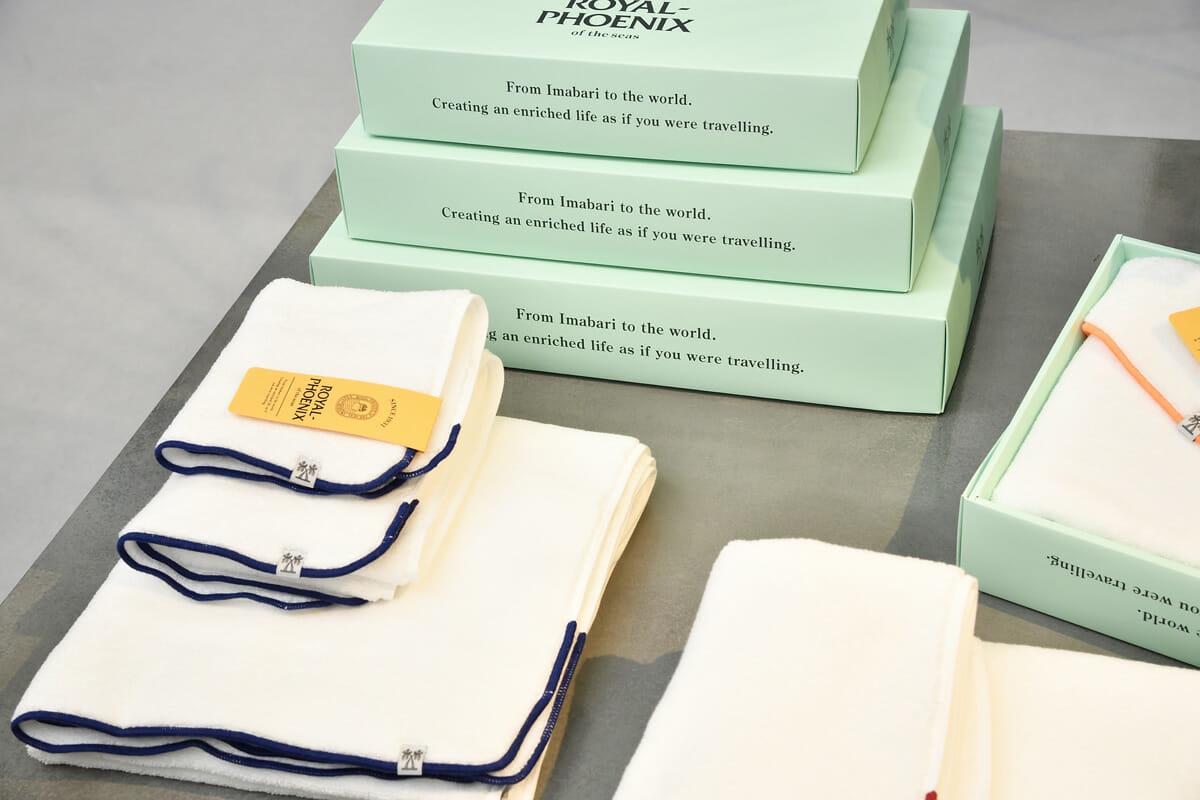 淡い緑色の箱は、タオルの清潔感や高級感を際立たせるデザイン。タオルの端は、船のアンカーロープのようなデザインになっている