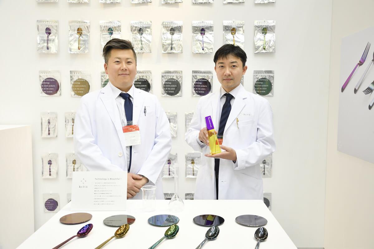 (写真右から)株式会社中野化学 専務取締役の中野俊介さん、小林弘典さん。目を引くパッケージについては、きれいな色を見せるためにあえて中身の見える袋素材にしたそう