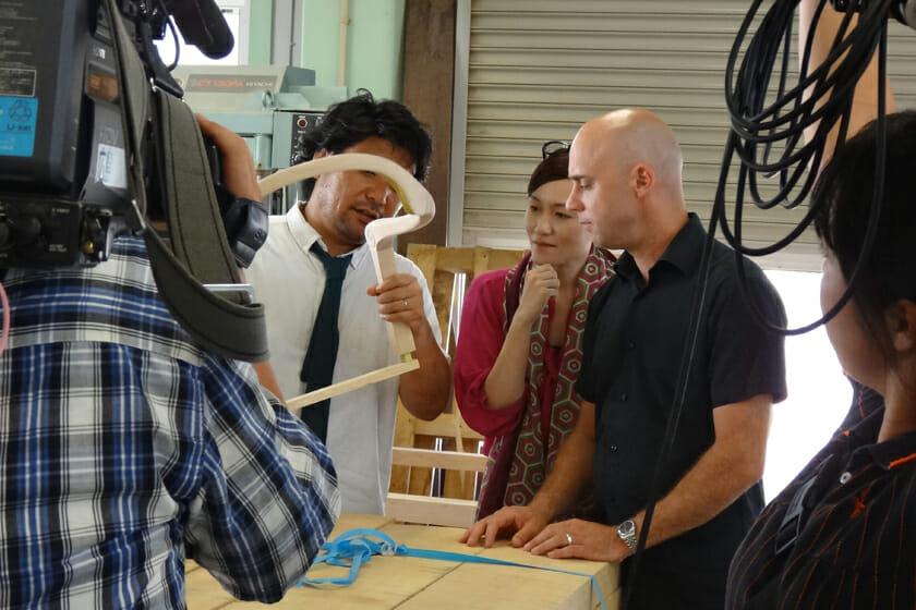 松創の工場にて、MEETEEディレクターの倉本仁さんと、CKRのMÅRTEN CLAESSONさん