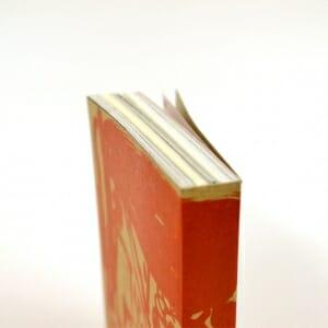ひとつの本でさまざまな色合いや質感の紙を使用
