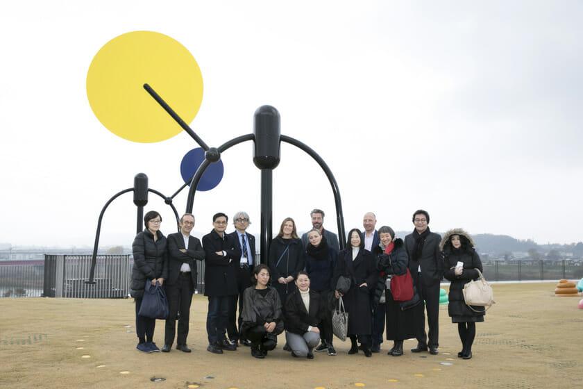 富山県美術館オノマトペの屋上で各国の選考委員、コーディネーターと