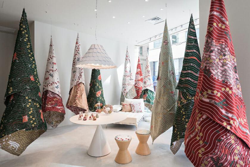 カッシーナ・イクスシー 青山本店にて開催した、クリスマスインスタレーション。会場近くにあるイチョウの並木道からインスピレーションを得て、布の木の並木道がテーマとなった。大きな布を吊るして1本の木に見立て、それを並木道のようにレイアウトし、エントランスからお店の奥まで続いていくように表現。インスタレーションで使った生地はファブリックやリース、オーナメントとしてなど、グッズ展開もされた。
