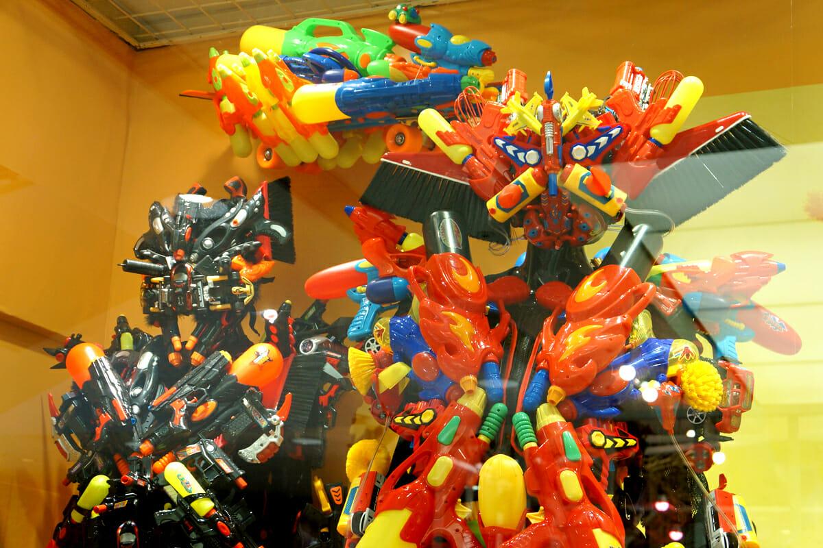 鮮やかな色合いの、たくさんのおもちゃや日用品が組み合わさっています