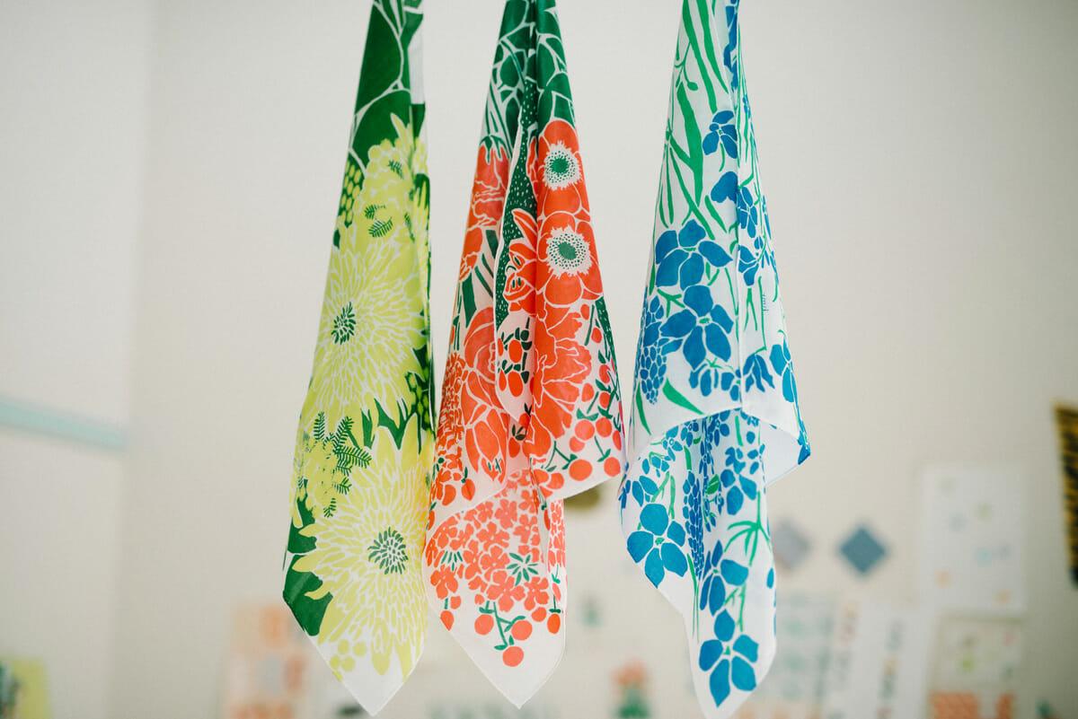 ハンカチブランド「swimmie」から発売されているハンカチ。赤、青、黄、緑の花々を集めて描かれており、吊るすとブーケのようになる