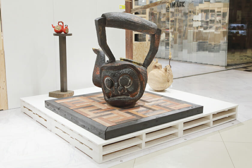 一番大きな作品の台は、古くからある家の土間のような凝った味わい(展示場所:ルミネ新宿 ルミネ2 2F イベントスペース)