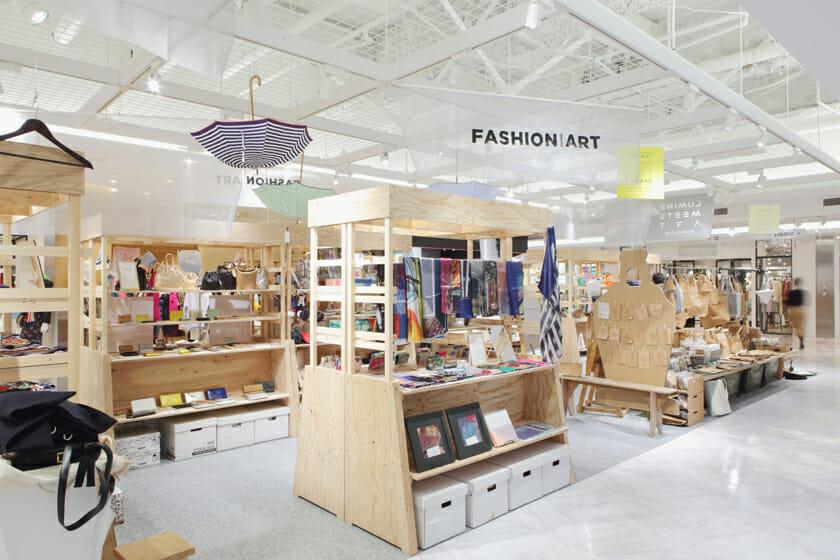 LUMINE meets ART museum shop(場所:ルミネ2 2F イベントスペース)では、財布やスカーフ、アクセサリーやデザイン雑貨など、感度を刺激する、たくさんのアイテムが販売されていた