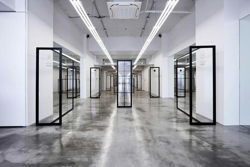 頭脳職のための機能服をコンセプトに持つ「TEÄTORA」初の旗艦店、現在建設中の新国立競技場向かいに2月3日オープン