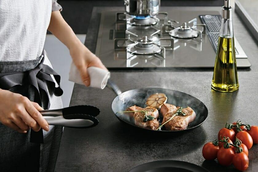 リクシルが提案する、料理を楽しむキッチン「リシェルSI」。焼きものならではの素材と美しさ