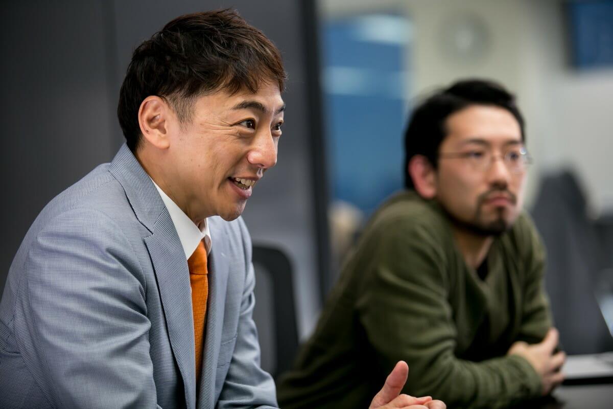 阪根信一と清水啓太郎のインタビュー画像