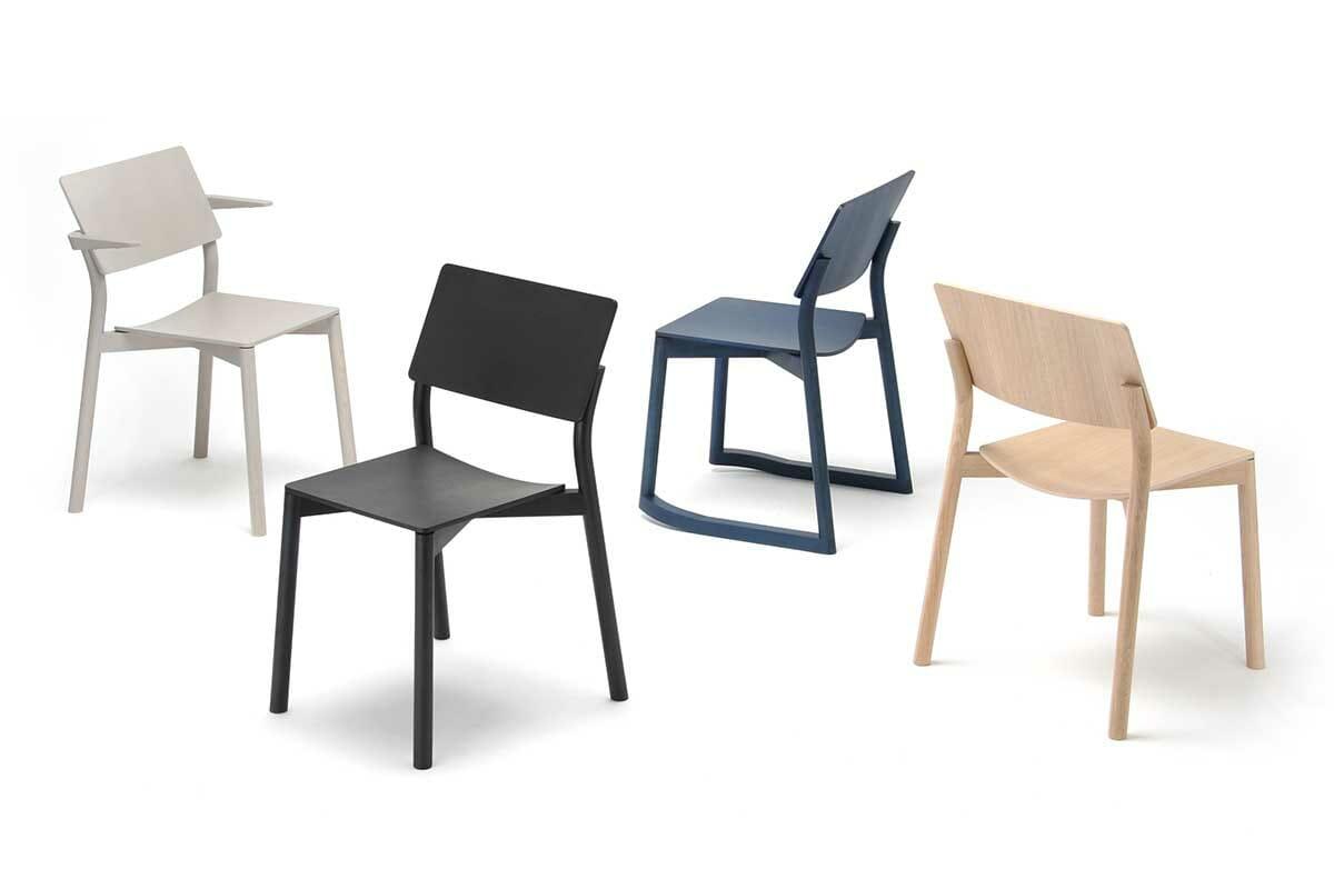 「PANORAMA CHAIR」デザインはGeckeler Michels、シートはプライウッドの曲げ加工<br />カリモク家具提供