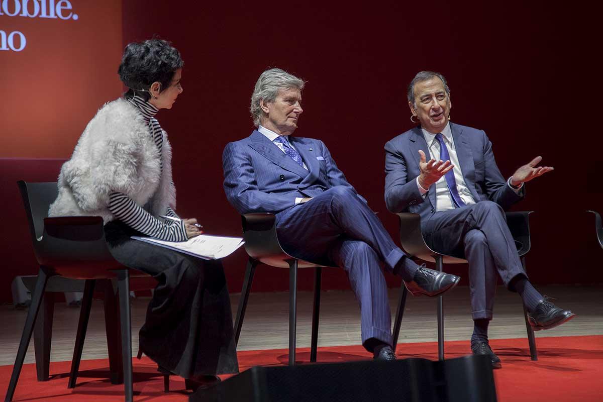 ジュゼッペ・サーラ市長(右)と共にマニフェストを発表するルーティ社長(中) Courtesy  Salone del Mobile.Milano