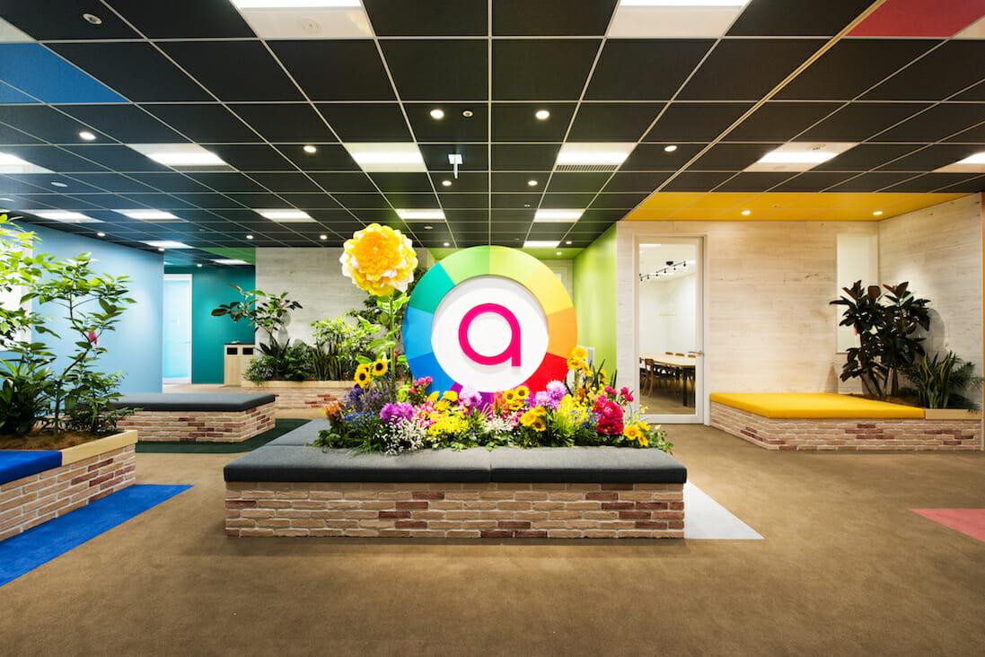 太陽の光と、多彩な個性が混ざりあうチームでありたいという思いを込め、 カラースケールを元にデザインされた「アカツキ」のロゴ