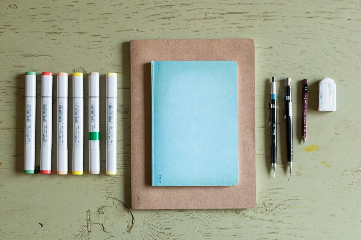 ニシワキさんのお仕事道具の一部。テープが貼ってあるコピックは、インクの残量が少なくなっている目印
