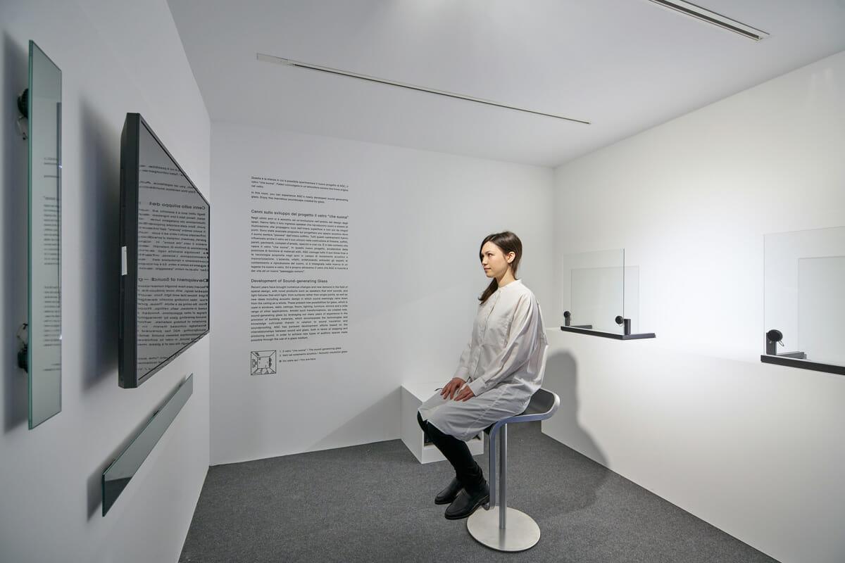 AGC 旭硝子が開発した新しい「音を生む」ガラスの音をじっくり体験できるコーナー「Listening Room」
