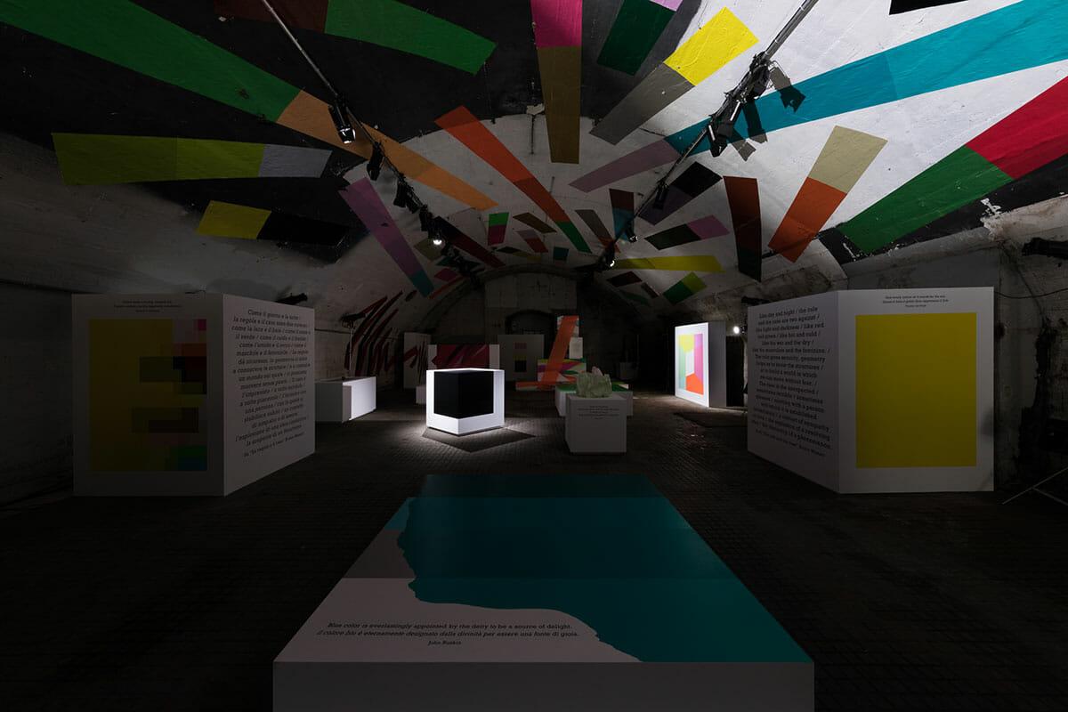 ミラノデザインウィーク2018 暗くなった状態の展示空間の画像