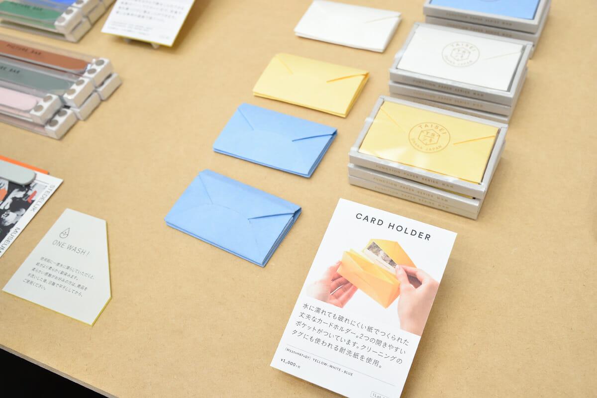 クリーニングのタグにも使われる耐洗紙でつくられた、軽くて丈夫な『CARD HOLDER』。小物入れや名刺入れのサブアイテムとしても活用